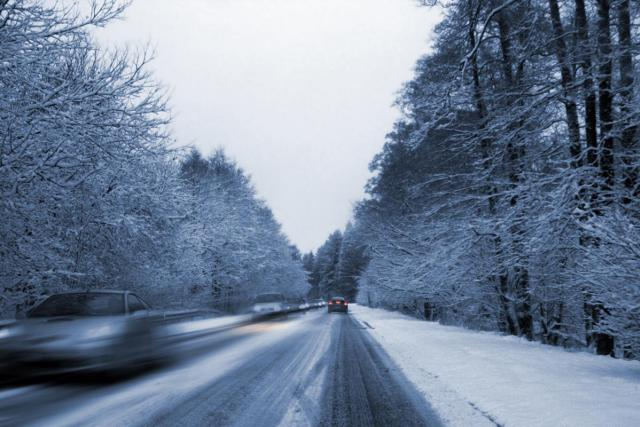 Zasněžená silnice (ilustrační foto)