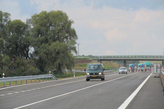 První auta,  která se ve středu odpoledne projela po krátkém úseku dokončovaného obchvatu Kolína   foto: Michal Trnka