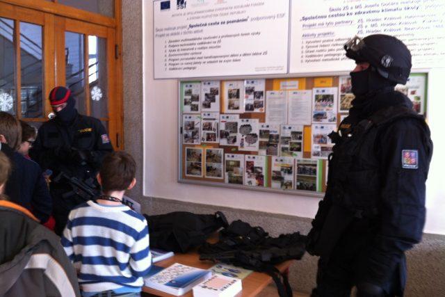 Ukázka převozu peněz na základní škole Josefa Gočára v Hradci Králové