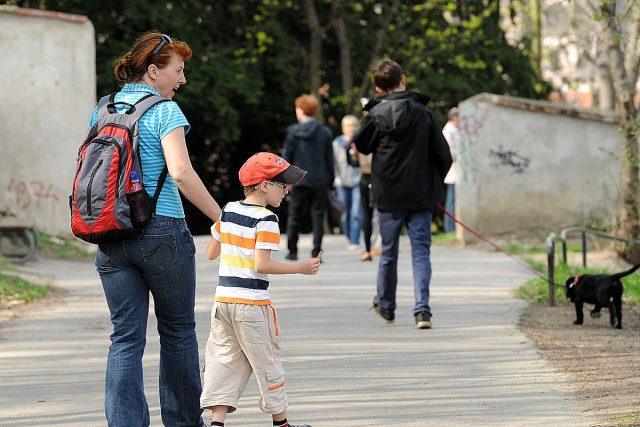 Děti a rodiče (ilustrační foto)