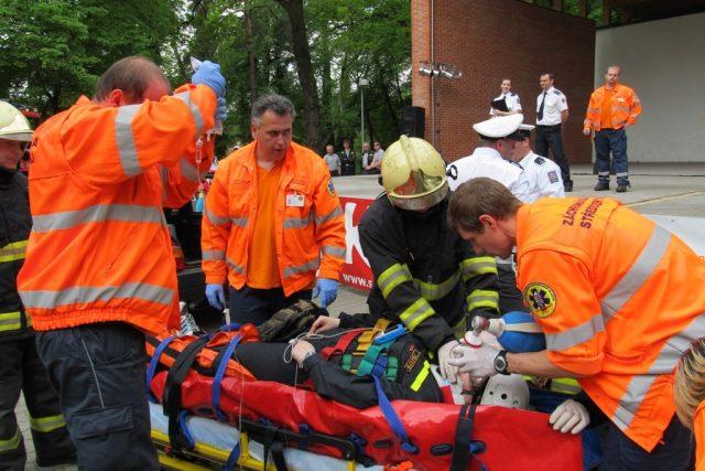 Záchranáři zasahují u simulované dopravní nehody   foto: Michal Trnka