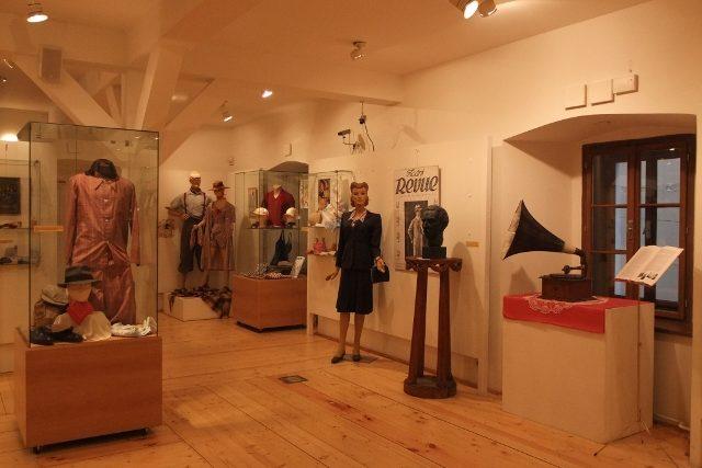 Výstava Elegance doby R. A. Dvorského v Městském muzeum Dvůr Králové nad Labem