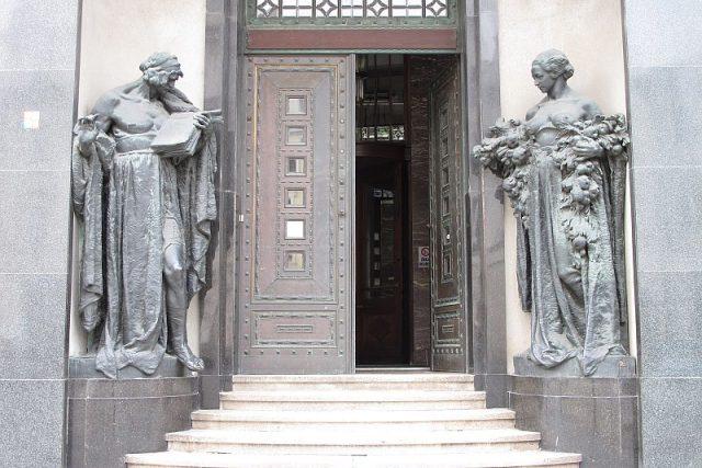 Vstup do galerie se sochami Ladislava Šalouna