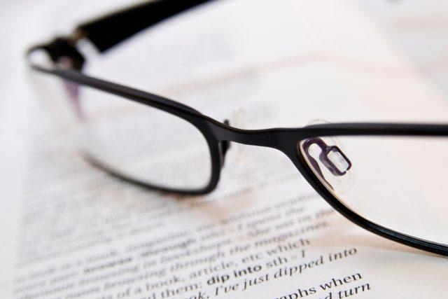 Brýle a kniha, čtení, jazyk