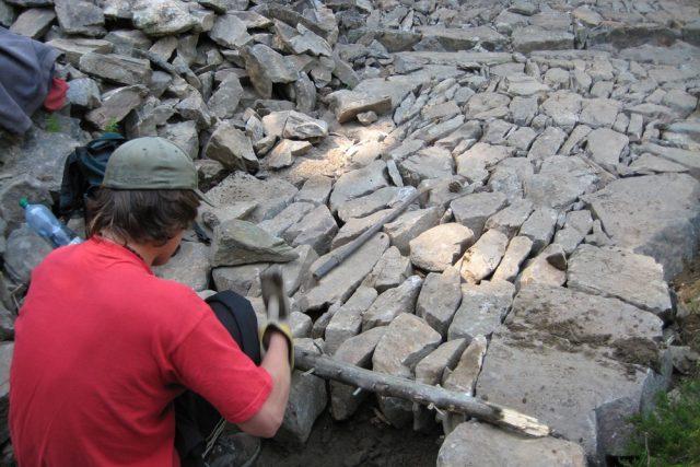 Opravy cesty technikou štětování v Krkonoších
