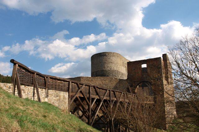 Celkový pohled na Krakovec s dřevěným mostem