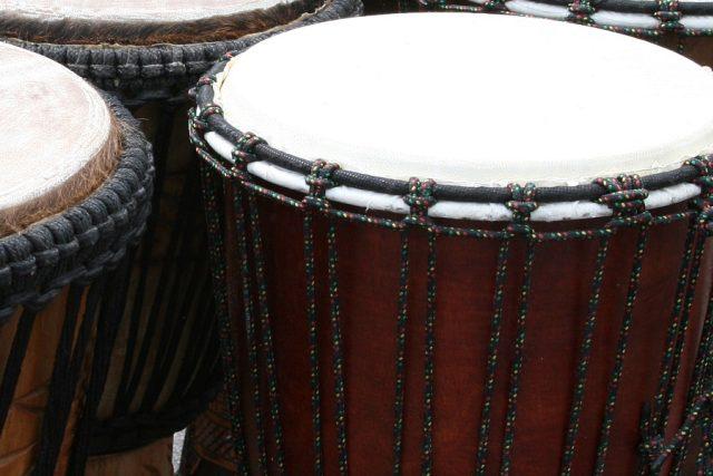 Bubny se vyrábí ze dřeva a kůže