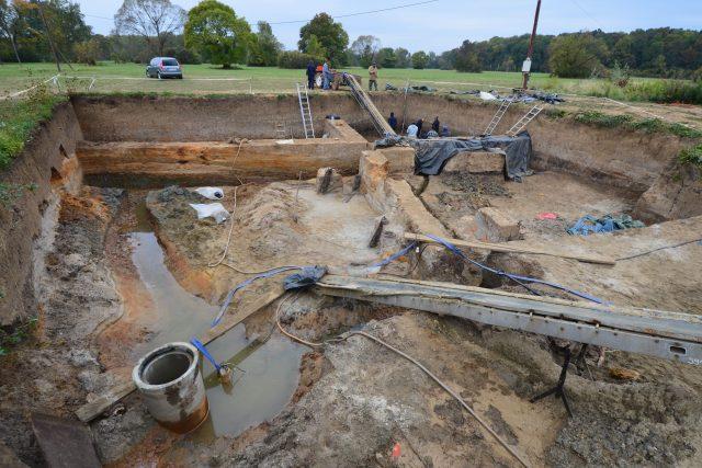 Archeologický výzkum pracovníků Archeologického ústavu AV ČR Brno v místech zaniklého říčního koryta a dřevěného mostu z 9. století. Tento výzkum z roku 2012 se zařadil k nejnáročnějším terénním akcím v Mikulčicích