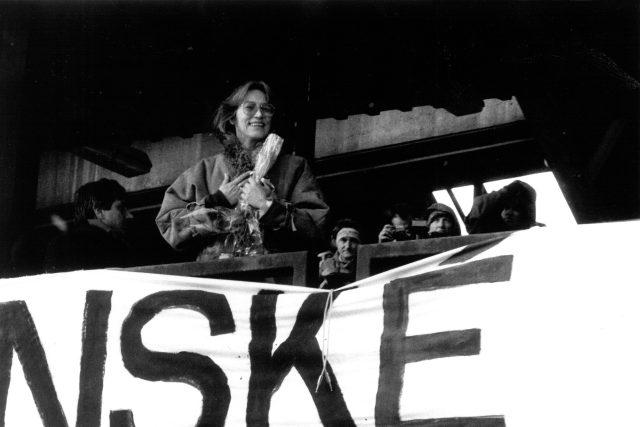 Zpěvačka Marta Kubišová během demonstrace na Letné v listopadu 1989