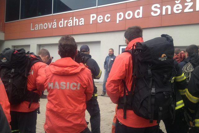 Desítky hasičů cvičily záchranu lidí z lanovky na Sněžku
