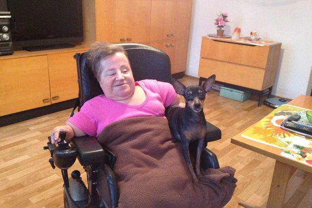 Vozíčkářka Eva Vojtěchová. Od narození je upoutaná na speciálně upravený invalidní vozík, téměř výhradně závislá na ostatních.