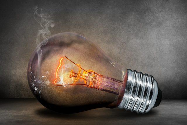 zhášíme jeden světlonosný kandelábr za druhým, zhášíme světlo zdravého rozumu a zhášíme světlo lidských vztahů
