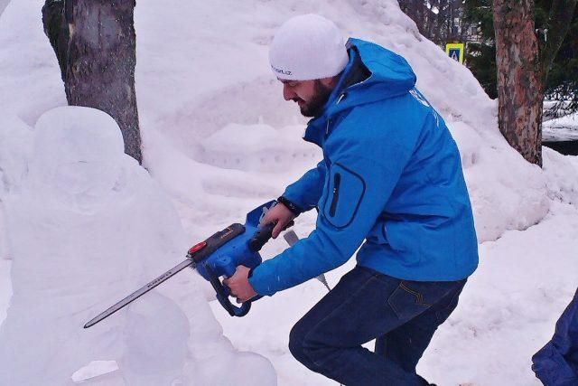 Ondřej Benč tvoří ledovou sochu snowboardisty