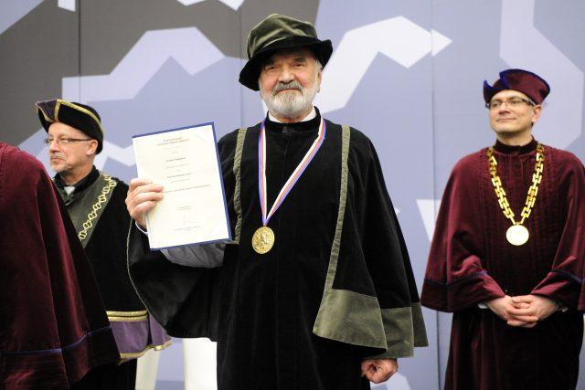 Čestný doktorát a Zlatou medaili Univerzity Hradec Králové převzal Zdeněk Svěrák