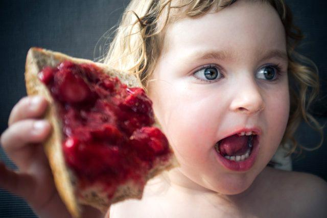 marmeláda, džem, chleba s marmeládou, dítě, snídaně, svačina