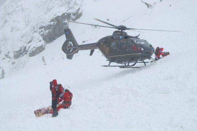 Letecká záchranná služba zasahuje u obří laviny, která se sesunula v Krkonoších v oblasti Studniční jámy