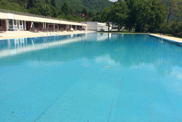 Historický,  tzv. rekreační,  bazén je úplně opravený. Fólie by měla být pro návštěvníky na šlápnutí příjemnější než beton | foto: Gabriela Hauptvogelová
