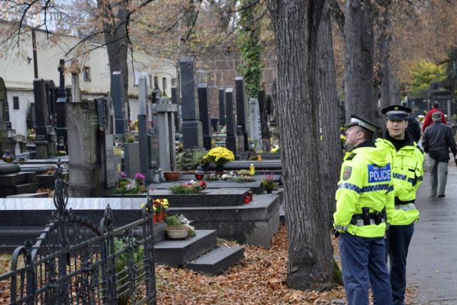 Památka zesnulých, Dušičky, policisté hlídají hřbitov před zloději