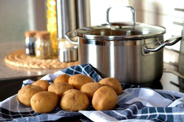 Brambory, vaření, hrnec (ilustrační foto)