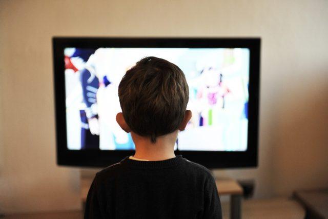 Dítě před televizí
