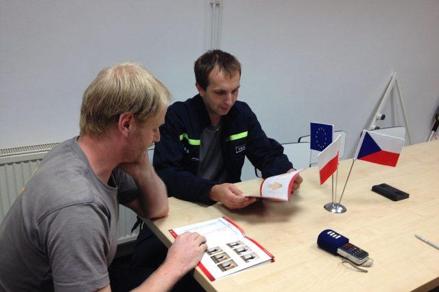 Česko-polský hasičský slovník sestavili dobrovolní hasiči z Červeného Kostelce