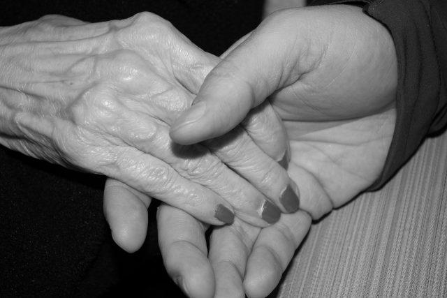 ruka,  ruce,  pomoc,  seniorka,  senior,  matka,  dlaň | foto: CC0 Public domain,  Fotobanka Pixabay