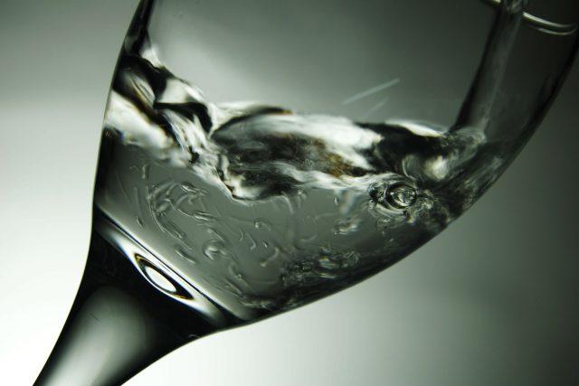 Vod, sklo, pití, žízeň, nápoj (ilustrační foto)