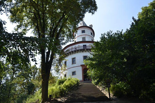 Lovecký zámek  s oválnou věží