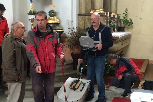 Odborníci georadarem lokalizovali krypty v kostele Svatého Václava v Dobrušce