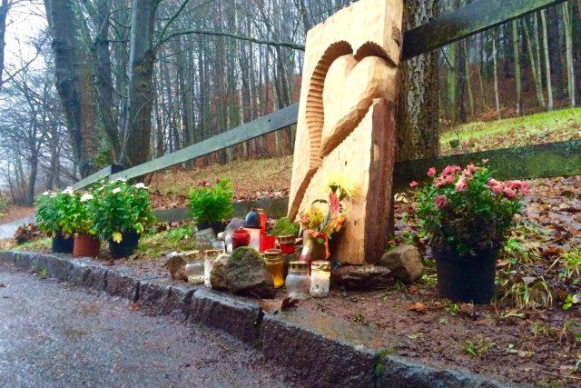 Lidé dnes vzpomínají i na bývalého prezidenta Václava Havla. K jeho chalupě Hrádeček přináší květiny
