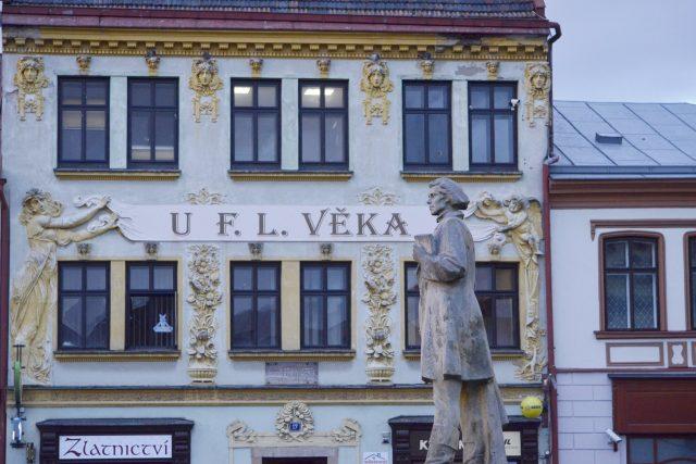 Dům na náměstí se sochou
