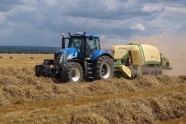 Traktor s lisem na hranaté balíky slámy