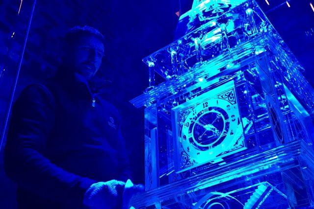 Skláři čistí skleněný model královéhradecké Bílé věže
