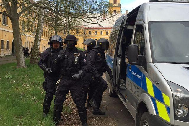 Policejní pořádkové jednotky. Převahu policisté mají hlavně díky pravidelnému a tvrdému výcviku. Na jedno cvičení vás zavedeme do Josefova