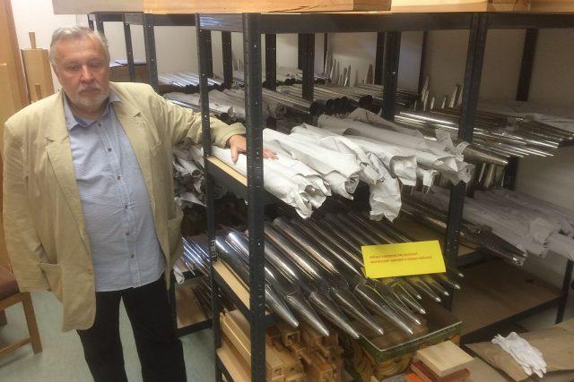 Předseda správní rady nadačního fondu Varhany pro filharmonii Luboš Janhuba ukazuje rozpracovaný nástroj