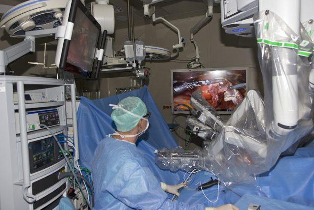 Robotické centrum v Hradci Králové začalo operovat i gynekologické problémy