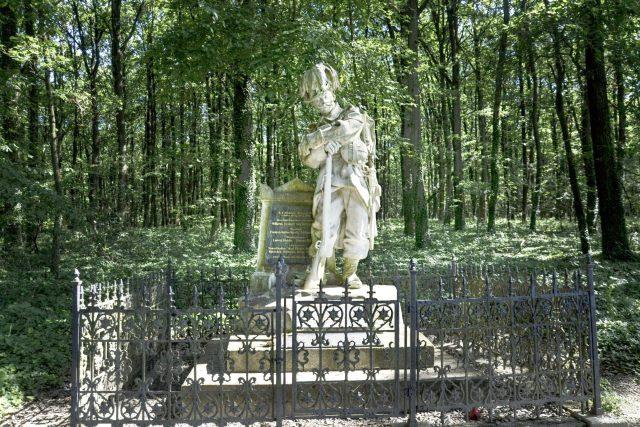 Pomník myslivce na kraji naučné stezky v lese Svíb