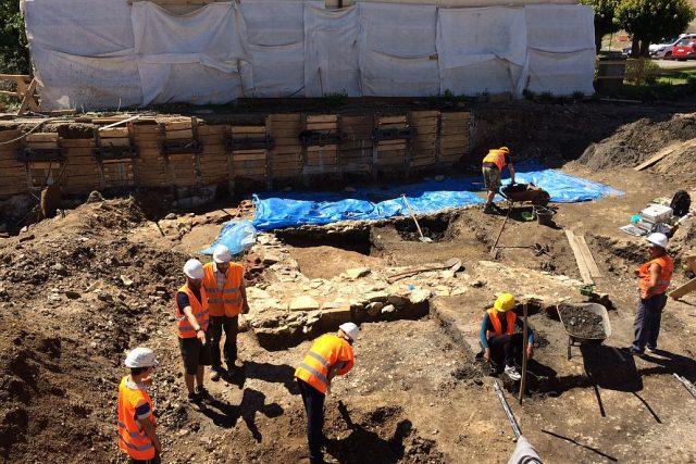 Stavby z 12. století našli archeologové pod pilířem zbořeného mostu v Chlumci nad Cidlinou