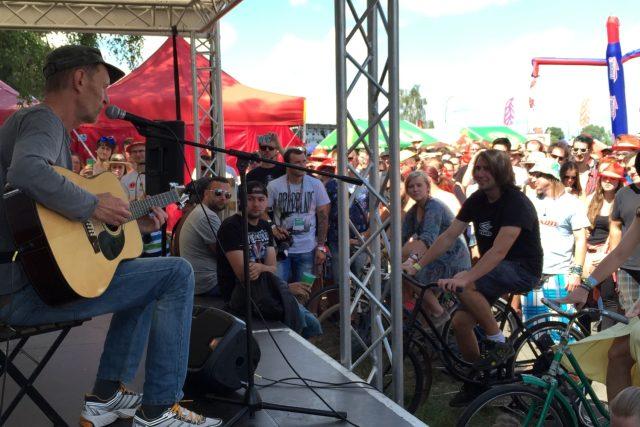 Na Rock for People už dorazily tisíce lidí. Potlesk sklidil i folkový písničkář Jiří Schmitzer | foto: Martin Pařízek,  Český rozhlas