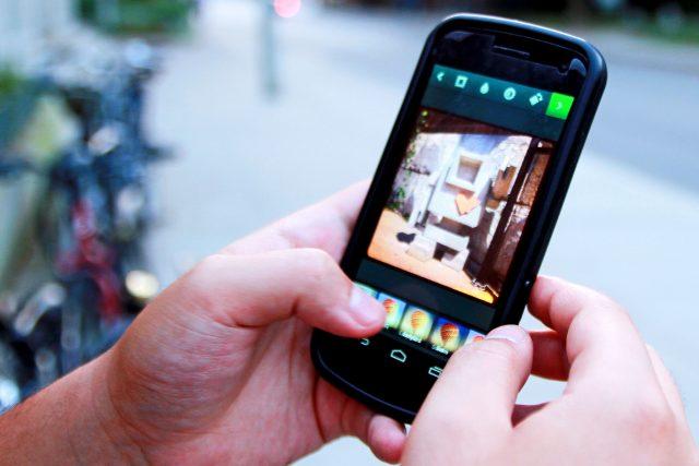 sociální sítě - mobil - mobily - s mobilem  .jpg