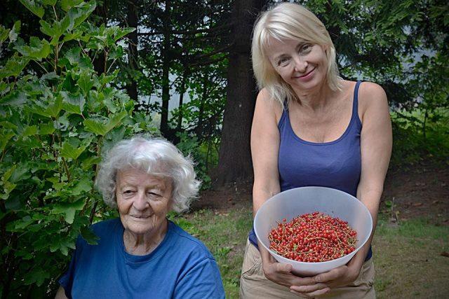 Herečka Veronika Žilková s maminkou na chalupě v Říčkách v Orlických horách