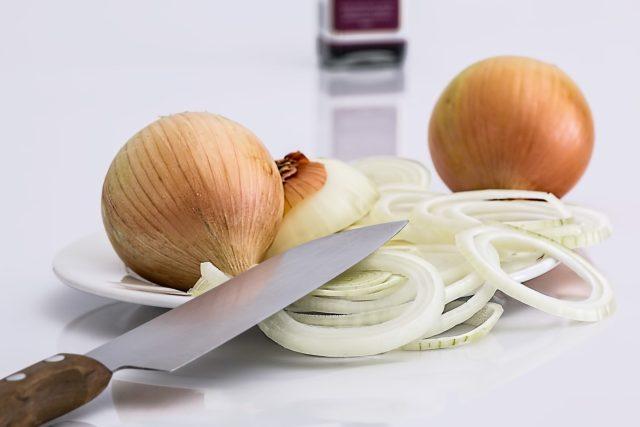 Jak si pomoci při krájení cibule?