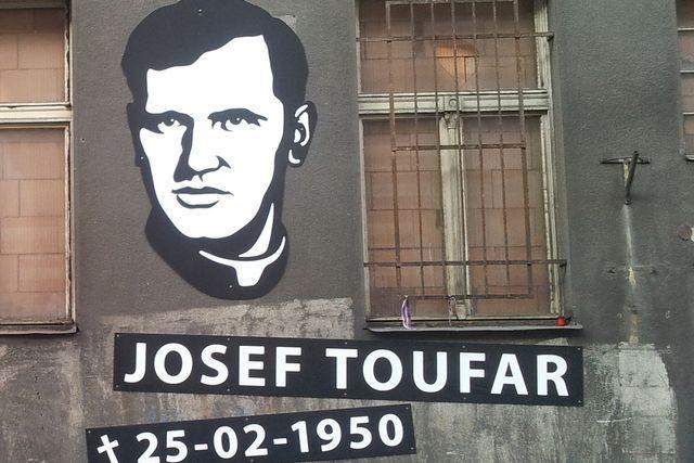 Památník na fasádě bývalého Borůvkova sanatoria v pražské Legerově ulici, kde zemřel farář Josef Toufar