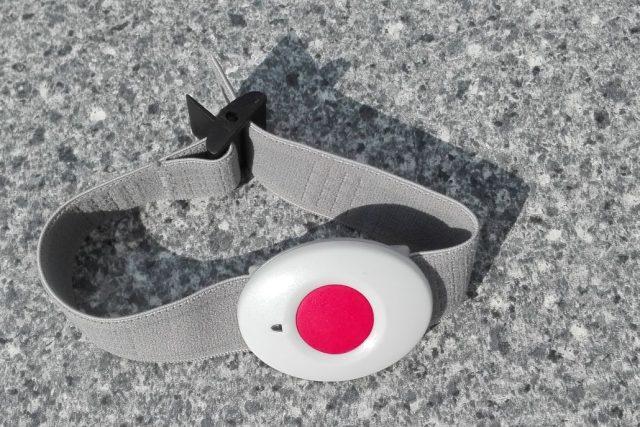 Bezpečnostní náramek dostávají klienti Senior domu Beránek Úpice