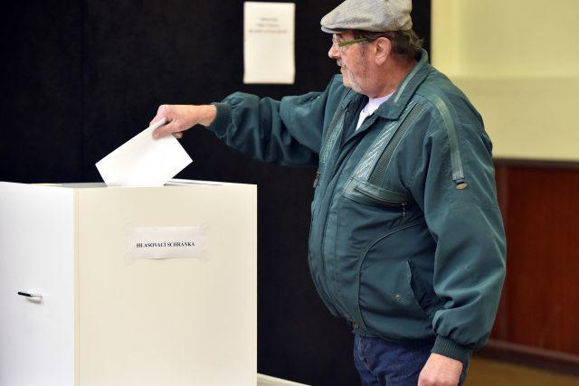 Volební místnosti se uzavřou ve 22 hodin. Voličům se pak znovu otevřou v sobotu ráno