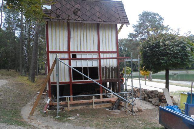 Prvorepublikové šatny na přírodním koupališti Dachovy u Hořic se poprvé dočkaly zásadních oprav