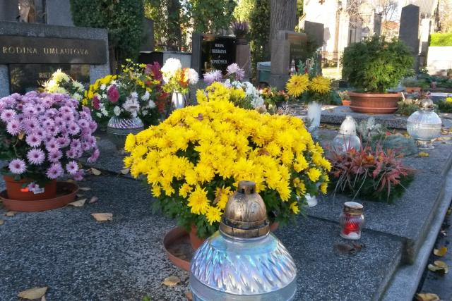 Dušičky na mladoboleslavském hřbitově.