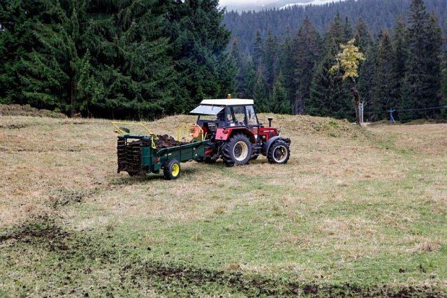 Hnojení luk v Krkonoších | foto:  KRNAP