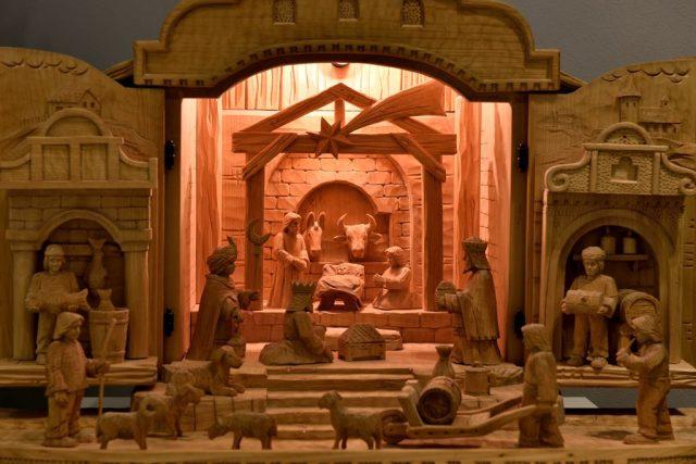 Výstava Krása betlémů v Jihočeském muzeu. Vyřezávaný betlém Jaroslava Frencla z Volyně