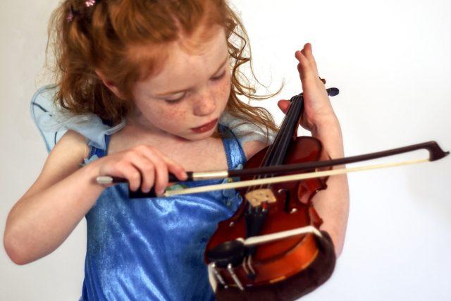 Dítě s houslemi